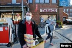 Fransızlar sınırın açılmasının ardından Belçika'nın Macquenoise kasabasından tütün ürünleri satın alıyor.