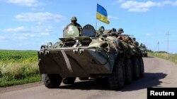 在烏克蘭斯洛文斯克的一個檢查站,一部掛上烏克蘭國旗的軍車。