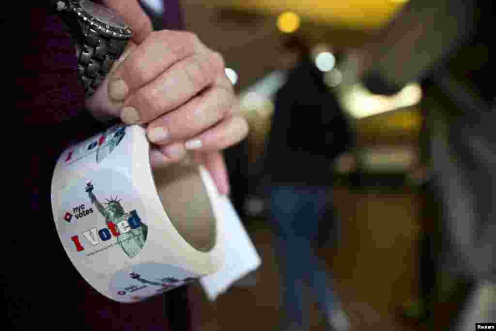 5일 뉴욕 시장 선거가 실시된 가운데, 투표소의 안내원이 투표한 사람들에게 나눠주는 스티커를 손에 들고 있다.