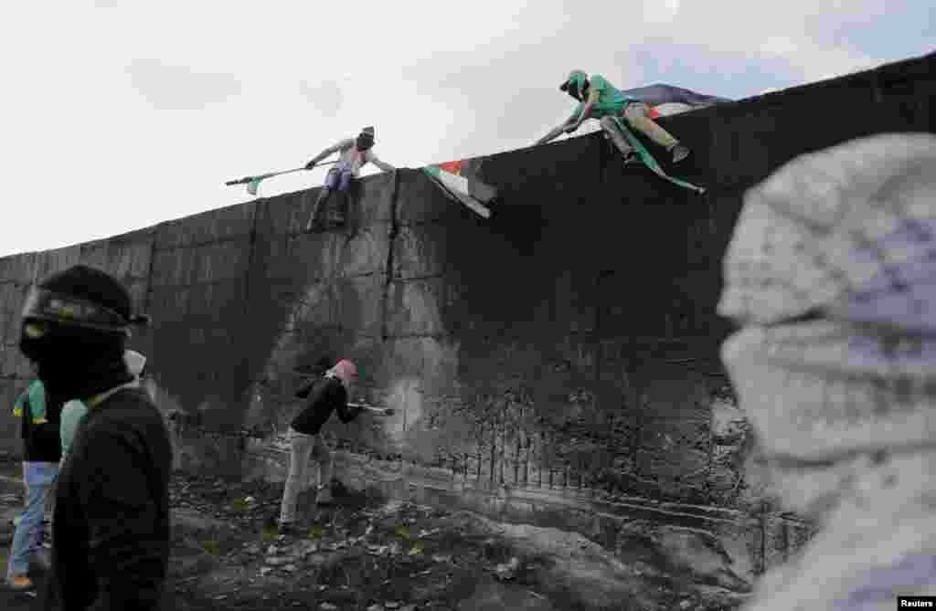 دیوار حائل ساخت اسرائیل بین کرانه غربی رود اردن و اورشلیم بعد از چند سال همچنان مورد اعتراض فلسطینی ها است