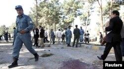 ຕໍາຫຼວດອັຟການິສຖານຄົນນຶ່ງເດີນທາງໄປຮອດບ່ອນທີ່ມີການໂຈມຕີສະ ລະຊີບແຫ່ງນຶ່ງໃນແຂວງ Herat. ວັນທີ 10 ເມສາ 2012.