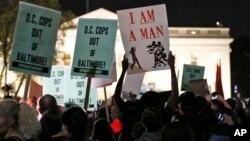 29일 밤 미국 워싱턴 백악관 앞에서도, 볼티모어 경찰의 구금 도중 흑인 청년이 사망한 사건에 항의하는 시위가 벌어졌다.