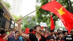 Warga Vietnam melakukan unjuk rasa anti Tiongkok di Hanoi (12/6).