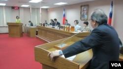 台灣官員在立法院司法及法制委員會就肯尼亞詐騙案接受質詢(美國之音張永泰拍攝)
