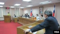 台灣法務部長羅瑩雪(左一站立者)在立法院司法及法制委員會就肯尼亞詐騙案接受質詢(美國之音張永泰拍攝)