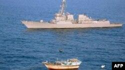 Эсминец Kidd и иранское дхоу, захваченное пиратами