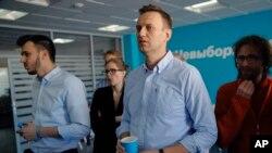 Líder da oposição, Alexei Navalny, observa o desenrolar da eleição
