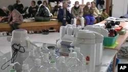 地震幸存者聚集在临时避难中心,这些中心的水、食物和燃料稀少