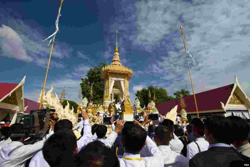The funeral of Chea Sim, former president of Cambodian People's Party and the Senate, in Phnom Penh, Cambodia on June 19, 2015. (Nov Povleakhena/VOA Khmer)