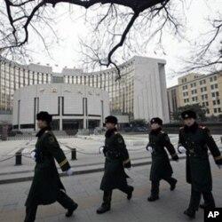 武警列队走过中国人民银行在北京的总部大楼(2011年2月9日)