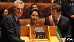 ທ່ານນາງ Aug San Suu Kyi ກໍາລັງຮັບລາງວັນ ພົນລະເມືອງ ກິດຕິມະສັກຂອງກຸງໂຣມ ຈາກເຈົ້າຄອງກໍາແພງກຸງໂຮມ ທ່ານ Ignazo Marino (ຂວາ)