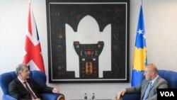 Direktor za politička pitanja u britanskom ministarstvu spoljnih poslova Ričard Mur razgovara sa kosovskim premijerom Ramušom Haradinajem.