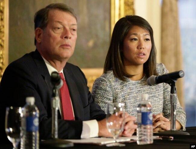 Crystal Pepper, hija del médico David Dao, el pasajero violentamente bajado de un avión de United Airlines en Chicago, habla con la prensa acompañada de un abogado de su padre.