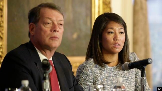Cô Crystal Dao Pepper (phải), con gái của ông David Đào, ngồi cạnh luật sư của gia đình ông Stephen Golan trong buổi họp báo.