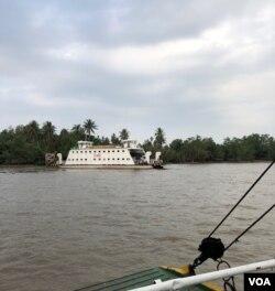 Tới cuối năm 2017, vẫn còn một nền văn-hoá-phà, hoạt động rất hiệu quả trên nhiều vùng sông nước Cửu Long; các chuyến phà Đại Ngãi trên nhánh Sông Hậu qua lại Cù lao Dung. [photo by Ngô Thế Vinh]