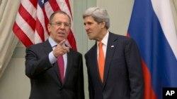 AQSh davlat kotibi Jon Kerri (chapda) va Rossiya tashqi ishlar vaziri Sergey Lavrov Parijda Suriya xususida gaplashmoqda, 13-yanvar, 2014-yil