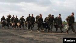 Des soldats américains arrivent à l'aéroport international Roberts de Monrovia, le 9 Octobre 2014. REUTERS / James Giahyue