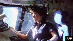 Phi hành gia Sally Ride, phụ nữ đầu tiên bay vòng quanh quỹ đạo trái đất. Trong hình, bà ngồi ghế phi công để theo dõi các bộ phận điều khiển phi thuyền trong phi vụ STS-7 mà bà là chuyên viên