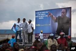 Des partisans de Joseph Kabila, à l'aéroport de Goma (14 novembre 2011)
