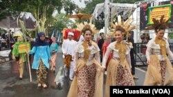 Kontingen Dinas Perkebunan Jawa Barat menampilkan tarian tradisional untuk memukau hadirin dalam West Java Festival, Sabtu (2/11/2019) siang. (VOA/Rio Tuasikal)