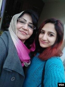 تطہیر فاطمہ اپنی والدہ فہمیدہ بٹ کے ساتھ