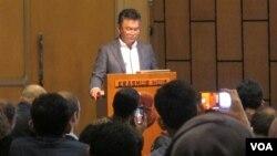 Mantan Duta Besar Indonesia untuk Amerika Serikat, Dino Patti Djalal membacakan surat terbukanya untuk Presiden terpilih Donald Trump di gedung Erasmus Huis, Jakarta, Kamis (1/19). (Foto: VOA/Fathiyah Wardah)