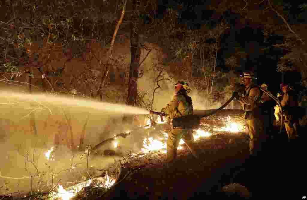 Пожежні екіпажі борються з вогнем в Санта-Розі, Каліфорнія. 14 жовтня 2017 року.