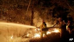 Lính cứu hỏa dập đám cháy rừng ở Santa Rosa, California, 14/10/17.