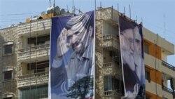 پوسترهایی با تصاویر مقامات جمهوری اسلامی که پیشاپیش سفر احمدی نژاد بر ساختمانی در یک حومه جنوبی بیروت آویخته شده است