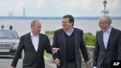 Từ trái: Tổng thống Nga Vladimir Putin, Chủ tịch Ủy ban châu Âu Jose Manuel Barroso, và Chủ tịch Hội đồng châu Âu Herman Van Rompuy tại St.Petersburg, ngày 3/6/2012