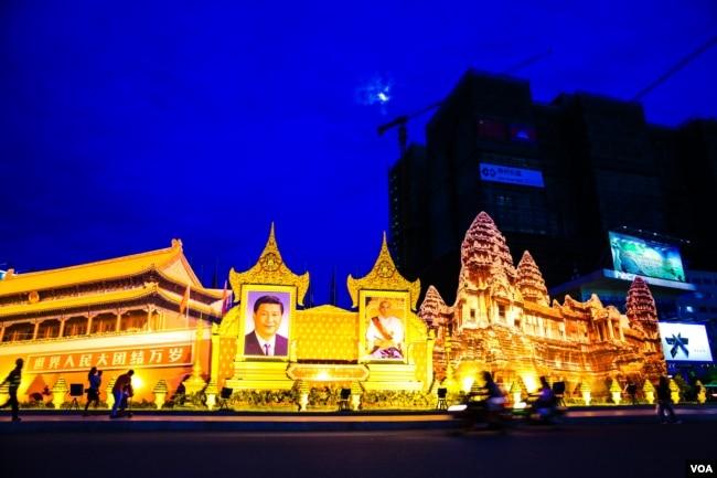 柬埔寨金边的西哈努克大道上为欢迎中国主席习近平来访而挂出的习近平像和柬埔寨国王肖像(2016年10月13日)