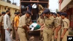 ভারতের CRPF জওয়ানরা একজন সহকর্মির লাশ বহন করছে রাজপুরে, ৩০ শে জুন ২০১০।