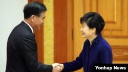 박근혜 한국 대통령이 23일 청와대에서 왕양 중국 국무원 부총리를 접견해 악수하고 있다.