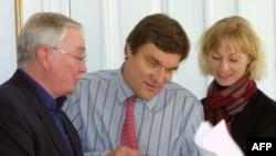 Kimmo Kilyunen (o'rtada) Yevropada Xavfsizlik va Hamkorlik Tashkiloti Parlament Assambleyasi a'zosi