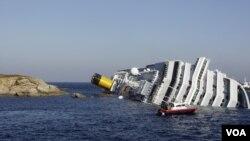 Kapal pesiar mewah 'Costa Concordia' menabrak batu karang dan terguling hari Jumat malam (13/1).
