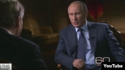 Presiden Rusia Vladimir Putin saat di-interview oleh jaringan stasiun televisi CBS, Minggu (27/9).