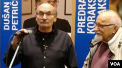 Karikaturisti Dušan Petričić (levo) i Predrag Koraksić Koraks (desno) govore tokom otvranja zajedničke izložbe solidarnosti u Skupštini opštine Stari grad, u Beogradu, 23. novembra 2018.