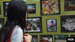 曾經參與佔領行動的香港市民謝小姐參觀雨傘運動半週年的相片展。(美國之音湯惠芸拍攝)