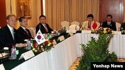 지난해 11월 캄보디아 프놈펜에서 열린 한중일 FTA 협상 개시 선언을 위한 3국 통상장관회의. (자료사진)
