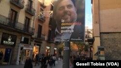 Poster Oriol Junqueras, salah seorang kandidat dalam pemilu regional, di Barcelona, Spanyol.
