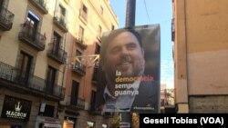 Un cartel en las calles de Barcelona muestra a Oriol Junqueras, candidato por el ERC Esquerra Republicana de Cataluña.