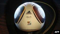 """Bola """"Jabulani"""" produksi Adidas yang banyak dikecam pada Piala Dunia di Afrika Selatan tahun 2010 lalu (foto: dok)."""