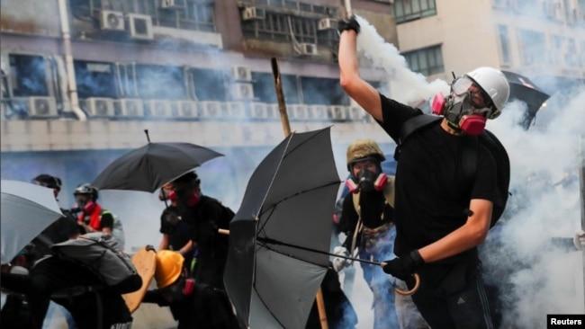 香港观塘反送中爆冲突 警方多次释放催泪弹