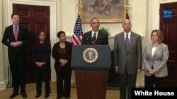 El presidente Barack Obama habla acompañado de su equipo de seguridad, desde la Casa Blanca.
