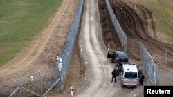 Cảnh sát và binh sĩ Hungary tuần tra dọc biên giới Hungary-Serbia, 2/3/2017.