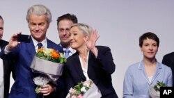 Ketua AfD (Alternative for Germany) Frauke Petry (kanan), pemimpin ekstrim kanan dan kandidat kuat untuk pilpres Perancis musim semi mendatang, Marine le Pen (tengah) dan populis anti-Islam dari partai PPV Belanda, Geert Wilders seusai memberikan keterangan kepada pers usai pertemuan para tokoh nasionalis di Koblenz, Jerman, 21 Januari 2017. (AP Photo/Michael Probst)
