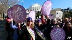 Para pendukung Amandemen Hak Kesetaraan berdemonstrasi di Capitol Negara Bagian Virginia, Richmond, 14 Januari 2020.