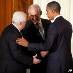 US President Barack Obama talks with Palestinian President Mahmoud Abbas and Prime Minister Benjamin Netanyahu of Israel at the conclusion of a statement to the press in the East Room of the White House, 01 Sep 2010