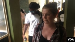 Martha O'Donovan enters Zimbabwe Magistrates Court in Harare, Nov. 4, 2017. (S. Mhofu/VOA)