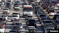 En Los Angeles, los conductores de vehículos estuvieron embotellados el año pasado un promedio de 56 horas.